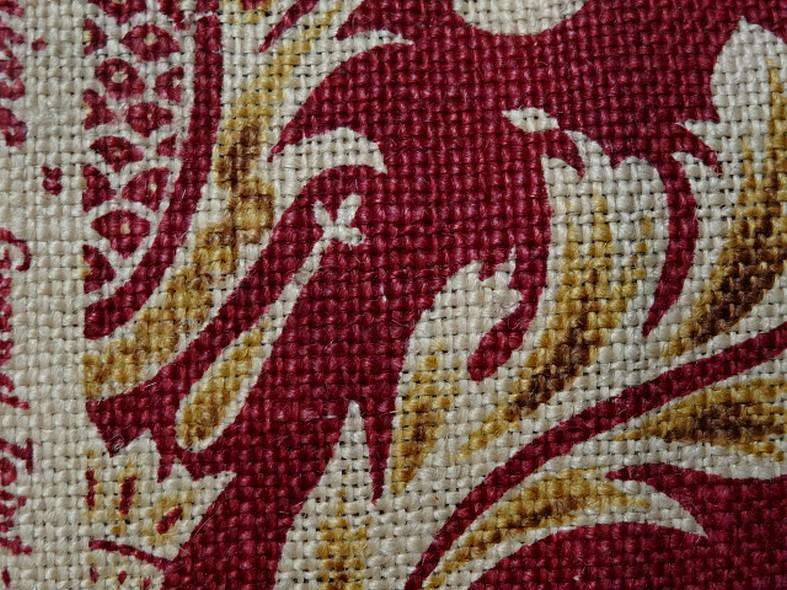 Toile de jute imprimee motif baroque fond rouge framboise 8
