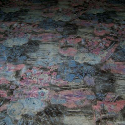 Velours coton ras marron fonce motif fleuri rose bleu floute 1