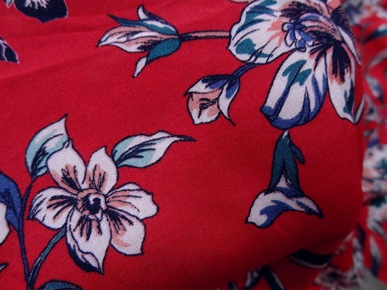 Viscose fond rubis fleurs bleu canard 4