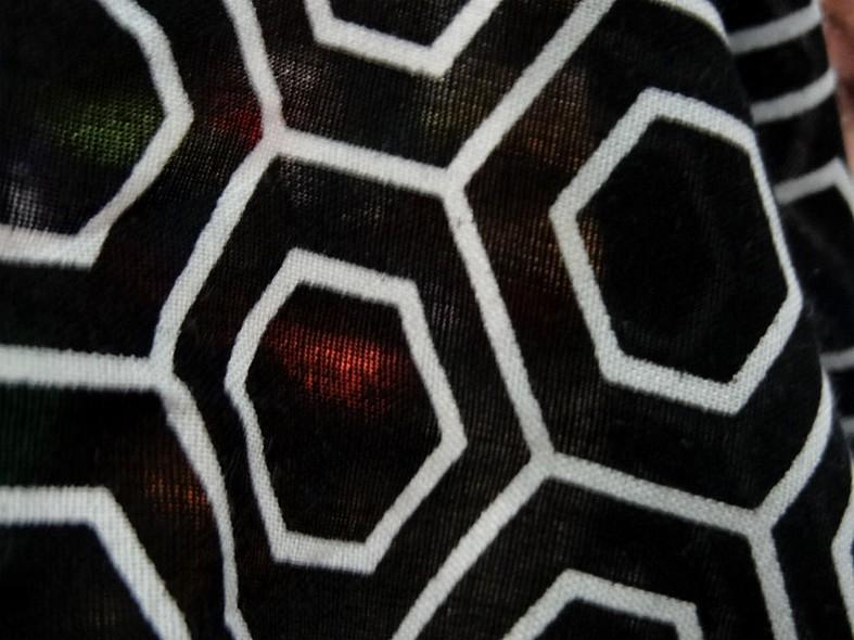 Viscose noir motif hexagone blanc 4