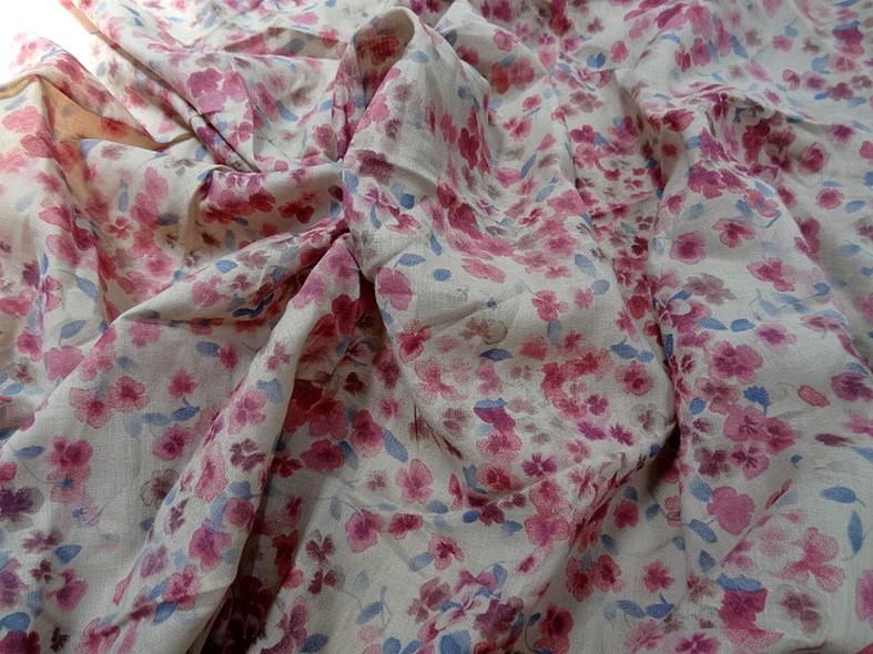 Voile de coton fond beige fleurs rose indien et bleu chambray 2