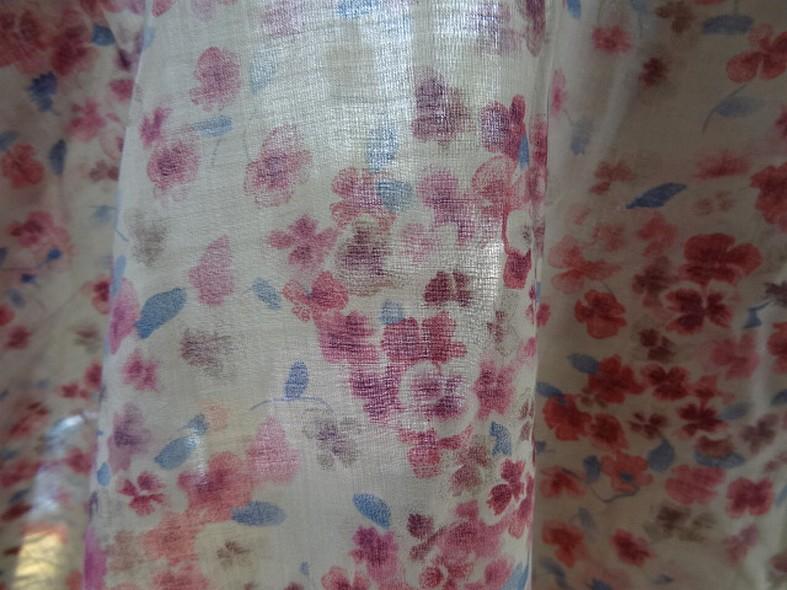 Voile de coton fond beige fleurs rose indien et bleu chambray 4