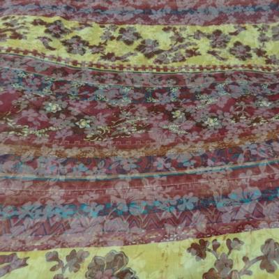 Voile de coton frises de fleurs fond rose indien et jaune safran